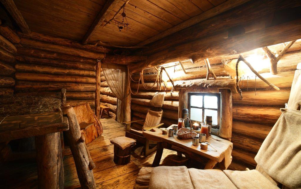 Красивая деревянная баня с деревянной мебелью