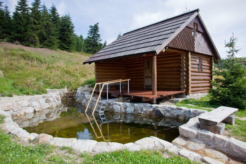Баня из дерева с каменным бассейном на природе