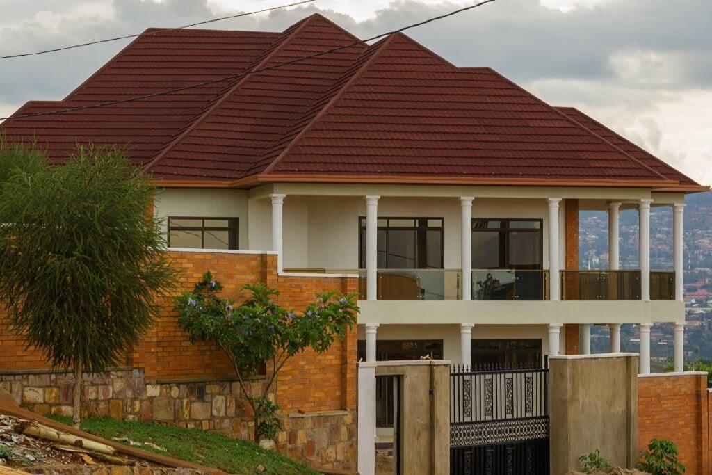 Роскошный дом с черепичной крышей