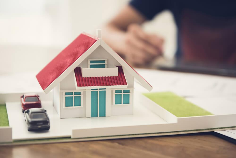 Модель дома и автомобилей