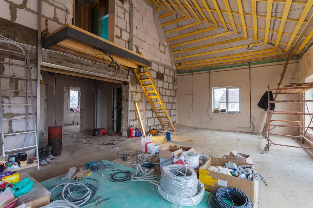 Стройматериалы на полу жилого дома