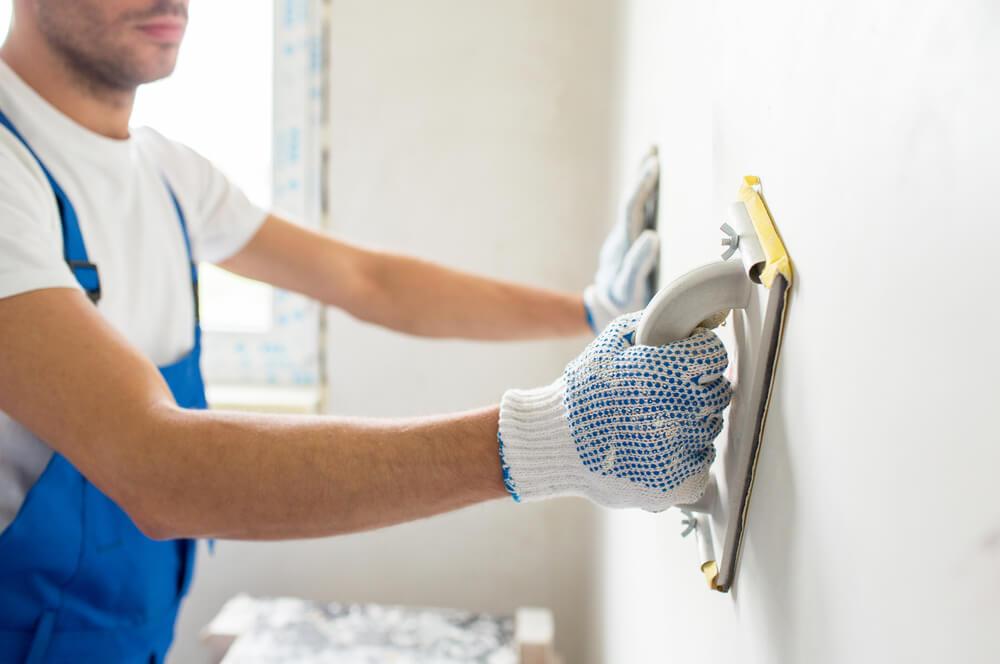 Нанесение штукатурки на стены в новой квартире