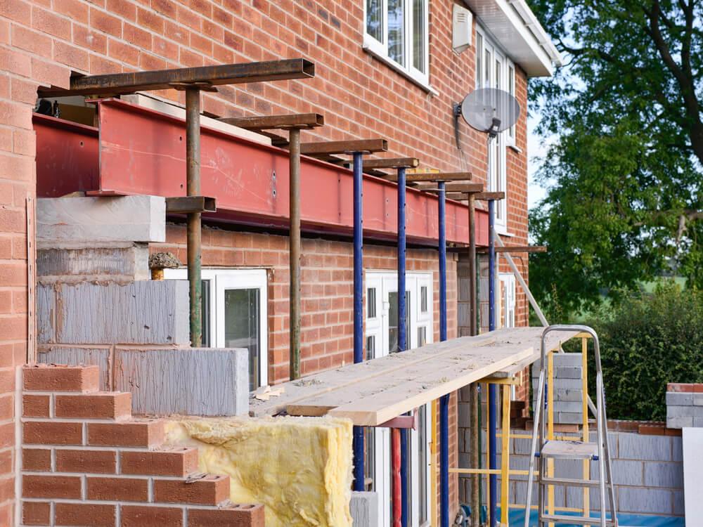 Начальный этап строительства пристройки к дому
