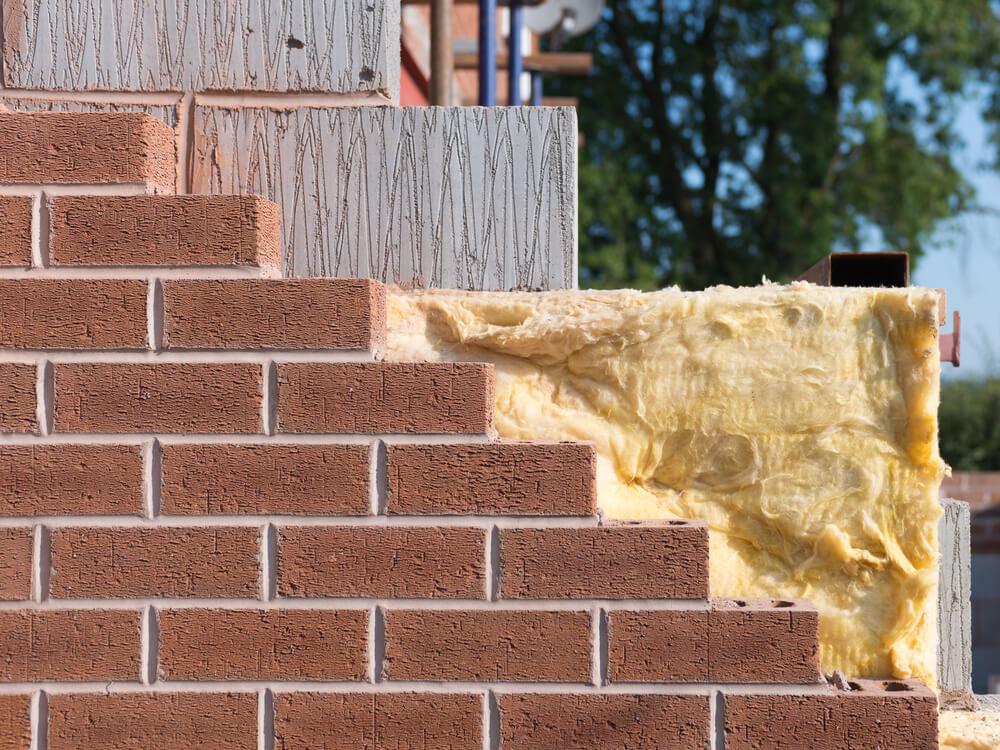Кирпичная стена пристройки к дому