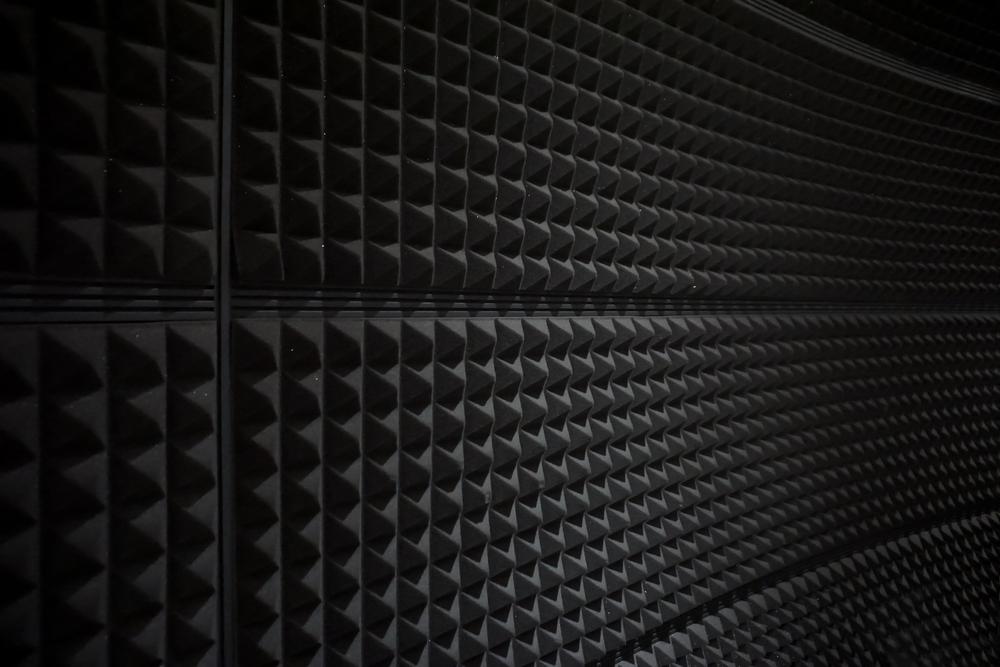 Стена покрытая акустическим поролоном