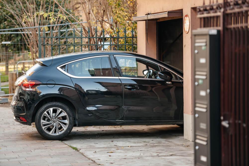 Автомобиль заезжает в гараж